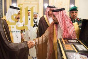 السمي يهدي الملك كتاب قائد حرب الوديعة