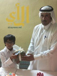 طفل يكرم والده بوادي الدواسر