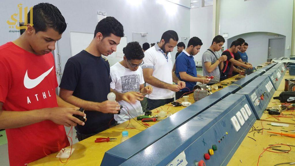 tmp_10275-شباب يتدربون على أساسيات الكهرباء-521753219