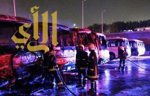 عمال غاضبون .. يحرقون 7 باصات لمجموعة بن لادن