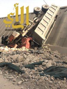 وفاة شخص واصابة اخر اثر سقوط شاحنة من أعلى جسر الأمير تركي بالرياض