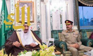 الملك سلمان يستقبل رئيس هيئة الأركان الباكستانية ووزيري الشؤون الإسلامية والحج