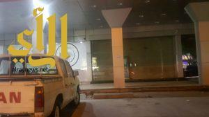 بلدية غرب الدمام تغلق مطعما مخالفا اثر تلقي بلاغ من مواطن عبر مقطع فيديو