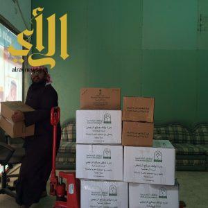 بر البشائر توزع 30 سلة للنازحين من الأشقاء اليمنين