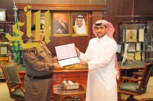 مدير شرطة منطقة الجوف يكرم مدير هيئة السياحة بالجوف وعدداً من الضباط والموظفين