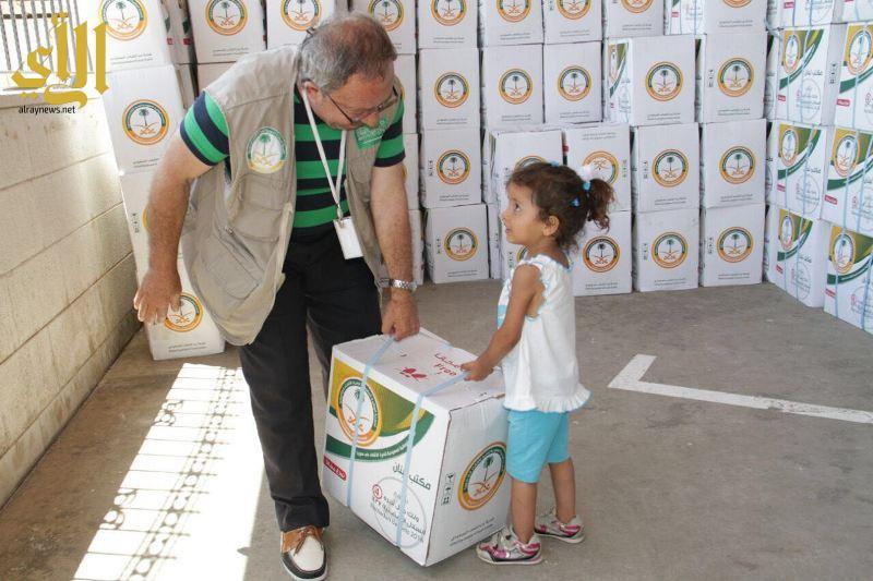 طفلة تحاول حمل إحدى المساعدات الغذائية