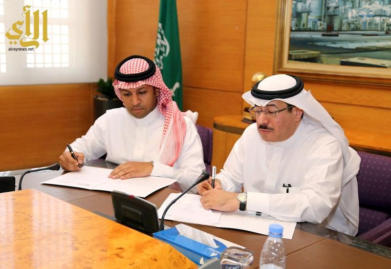 الدريس اثناء توقيع الاتفاقية مع المحمد