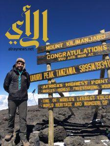 """كشاف سعودي يحمل رسالة """" رسل السلام """" لرابع أعلى قمة جبلية بالعالم"""