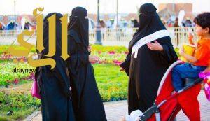 20 شاباً وفتاة بتبوك يتطوعون لإرشاد وخدمة زوار مهرجان الورد والفاكهة