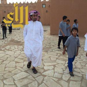 وفد طلابي يزور قصر الملك عبدالعزيز التاريخي بوادي الدواسر