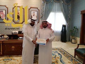 وكيل إمارة الباحة يتسلم تقرير الإنجازات السنوية لمركز الأمير مشاري للجودة وتحسين الأداء