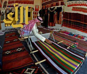 الحارثي يمزج بين حياكة الثياب الحجازية والعسيرية في السودة