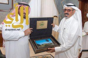 وكيل إمارة الباحة يستقبل الرحالة ناصر القحطاني
