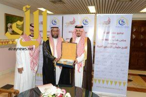أمير عسير يشهد توقيع اتفاقية الراجحي الخيرية ومجلس الشباب