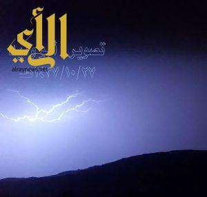 عدسة مواطن ترصد وميض البروق على محافظة بلقرن