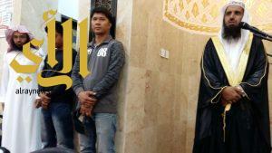 رجلان وامرأه من الجالية الفلبينيه يعلنان إسلامهم بالبشائر