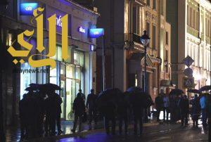 شخص يحتجز رهائن في بنك في موسكو ويهدد بتفجير نفسه