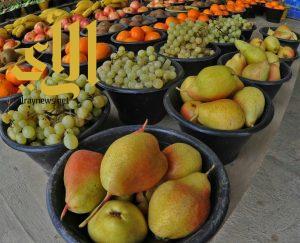 لوحات فنية زاهية لألوان الفاكهة التي تزين طرقات عسير على مدار 24 ساعة