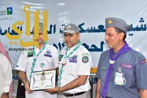 وزير التعليم يقلد رائد الإعلام الكشفي نوط الحج