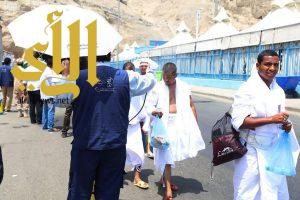 """""""السعودية للكهرباء"""" بالمشاعر المقدسة تهدي الحجيج مظلات ومياه باردة"""