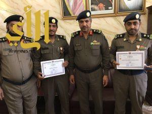 مدير مدني الباحة يقلد ضابطان وسام المنظمة الدولية للحماية المدنية بمرتبة فارس