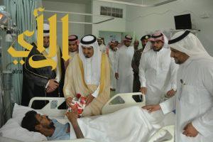 محافظ رجال المع يعايد المرضى المنومين بالمستشفى