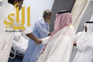 محافظ محايل يعايد المرضى المنومين ويشاركهم فرحة العيد