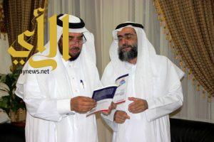 """مدير جامعة الباحة المكلف يتسلم تقرير عن بحث """"نشر استخدام السخانات الشمسية في منطقة الباحة """""""