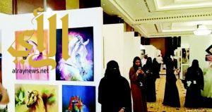 التشكيلية ثنوى القرعاني تتألق في معرض «إشراقات سعودية» بدبي