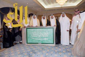 أمير مكة يتسلم 14كتاباً لكرسي الملك سلمان ولوحة راية الخفاق الأخضر