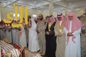محافظ صامطة وجموع المصلين يؤدون صلاة الميت على شهيد الواجب علي شوك