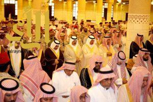 سمو الأمير متعب بن عبدالله يؤدي الصلاة على الأميرعبدالعزيز بن عياف