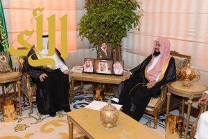 فيصل بن خالد يستقبل رئيس فرع الإفتاء