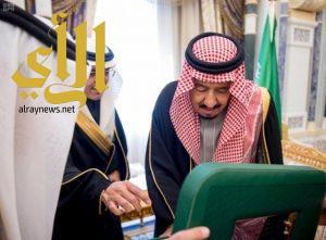 خادم الحرمين يتسلم الإصدار السادس من العملة الورقية والمعدنية
