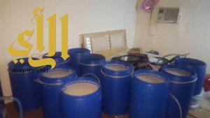 ضبط مركبة مطلوبة يؤدي إلى كشف مصنع للخمور بجازان