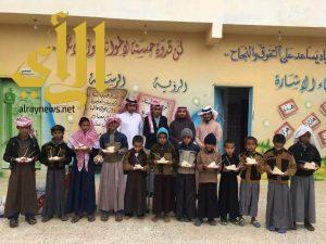 """منسوبو مدرسة الشامية الإبتدائية يحتفون بزميلهم """"الريثي"""" بمناسبة قدوم المولود الجديد"""