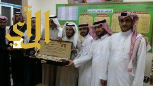 ابتدائية بلال بن رباح بتعليم الباحة تحتفي بمعلم تقاعد بعد خدمة ٣٨ سنة