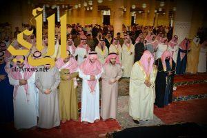 أمير الرياض يؤدي صلاة الميت على الأميرة دليل بنت عبدالله