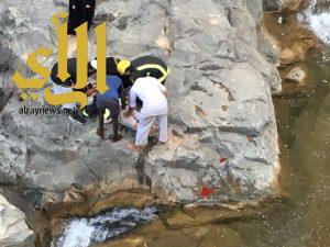 مدني النماص يستخرج مواطن خمسيني سقط بمنحدرات صخرية في وادي قفعه