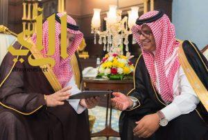 أمير الباحة يدشن وثيقة برنامج التوطين بالمناطق