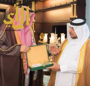 أمير الباحة يتسلم تقرير منجزات جمعية البر الخيرية بالباحة