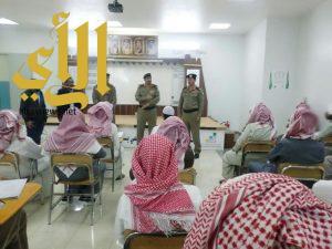 مدير السجون بمنطقة عسير يتفقد سير إمتحانات النزلاء الجامعيين