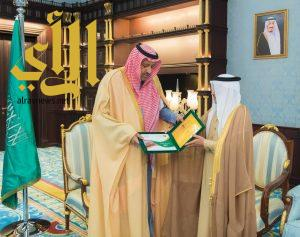 أمير الباحة يتسلم التقرير السنوي لإدارة خدمات المياه بالمنطقة
