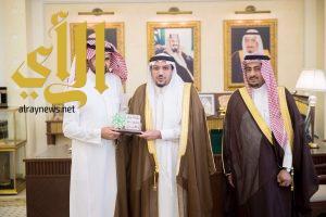 أمير القصيم يكرم مدير المركز الثقافي ببريدة