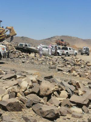 بالصور …بلدية خميس مشيط تزيل تعديات على مساحة 70000 م2