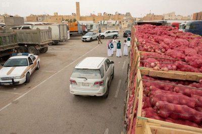 """""""التجارة"""" تضبط متورطين خبأوا 6 شاحنات محملة بأكثر من 100 طن بصل وتعيد تصريف الكميات في أسواق الرياض"""