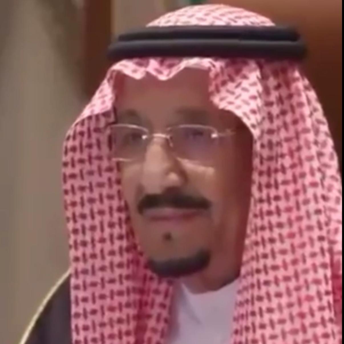 إبتسامة الملك سلمان تأسر قلوب الشعب