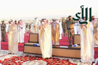 أمير منطقة تبوك يتقدم جموع المصلين لأداء صلاة عيد الفطر المبارك