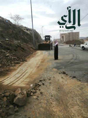 بلدية #ظهران_الجنوب تزيل الصخور من الشوارع بعد تساقط الامطار