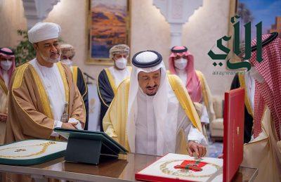 وسام عُماني رفيع لـ #خادم_الحرمين_الشريفين .. وقلادة #الملك_عبدالعزيز لـ #سُلطان_عمان